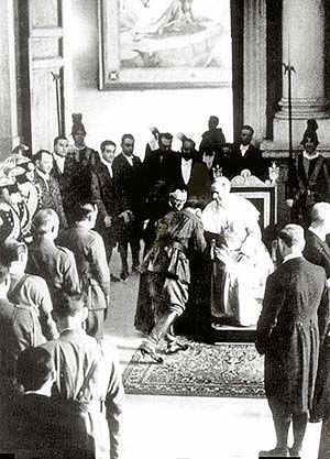 Franco líbá prsten papeže Pia XI. na znamení podřízenosti při soukromé audienci ve Vatikánu. // Franco coming up to kiss the Pope's Pius XI ring finger expressing submission in a private audience at the Vatican, 1939
