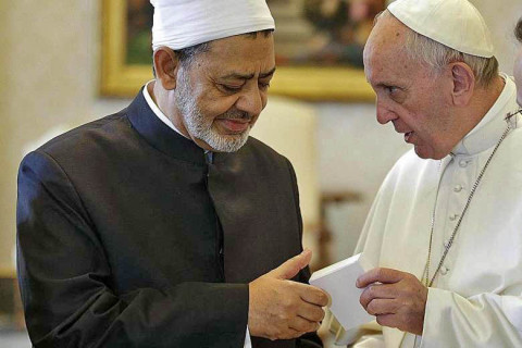 Pope Francis (R) presenting Sheikh Tayeb with a copy of his recent cyclical, Laudato Si', during the Sunni Muslim leader's visit to the Vatican, May 23, 2016. Photo: EPA