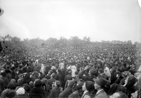The crowds at Fatima wait for a miracle on Oct. 13, 1917