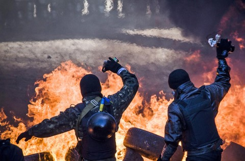 Anti-government demonstrators clash with riot police in central Kiev on February 18, 2014. AFP PHOTO / SANDRO MADDALENA