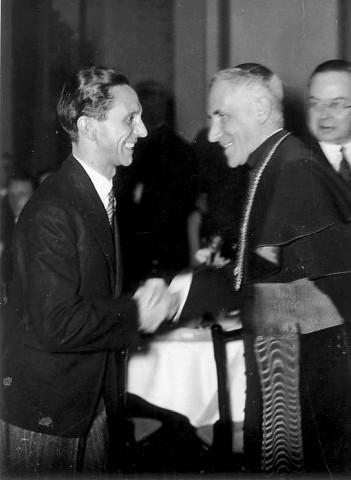 Der Nazipropaganda-Minister Goebbels begruesst Nuntius Orsenigo im Propaganda-Ministerium.