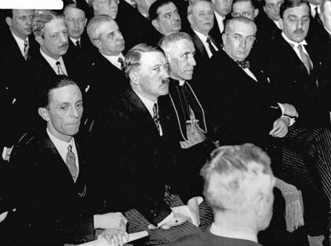 Von links nach rechts: Reichsminister Dr. Goebbels, Reichskanzler Adolf Hitler, und der paepstliche Nuntius Osenigo auf dem Empfang der auswertigen Presse in Berlin.