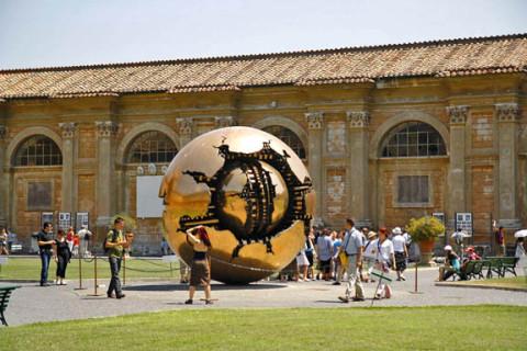 Vatican_Museum_courtyard2